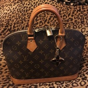 Beautiful iconic Louis Vuitton monogram Alma bag